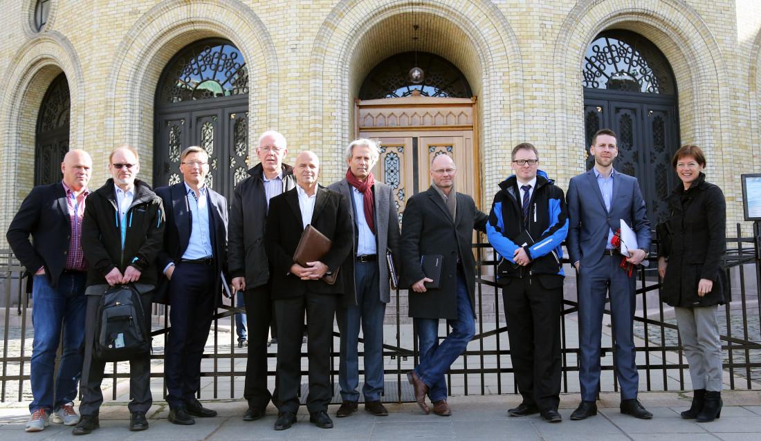 Foran Stortinget: (F.v.) Albert Hæhre (Hæhre Entreprenør), Ketil Sand (Skanska Norge), Pål Egil Rønn (AF Gruppen), Trond Johannesen (MEF), Klaus J. Hansen (Veidekke), Jon Sandnes (BNL), Stein Gunnes (MEF), Tore Andreas Larsen (MEF), Håvard Almås (MEF) og Grete Ingeborg Nykkelmo (Veidekke).
