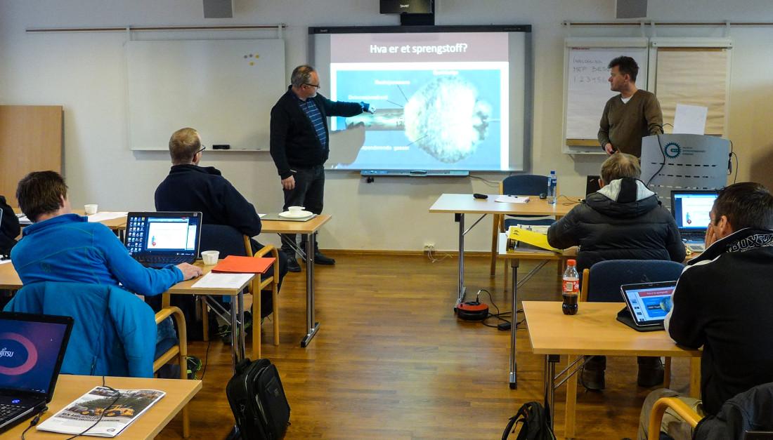 Frode Andersen foreleser på oppfriskningskurs for bergsprengere