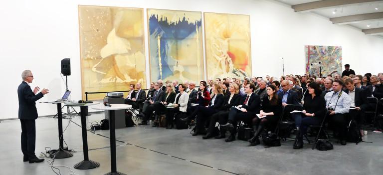 Skog22-utvalgets leder Gunnar Olofsson som forteller om utvalgets arbeid til en fullsatt sal Astrup Fearnley-museet på Thuvholmen.