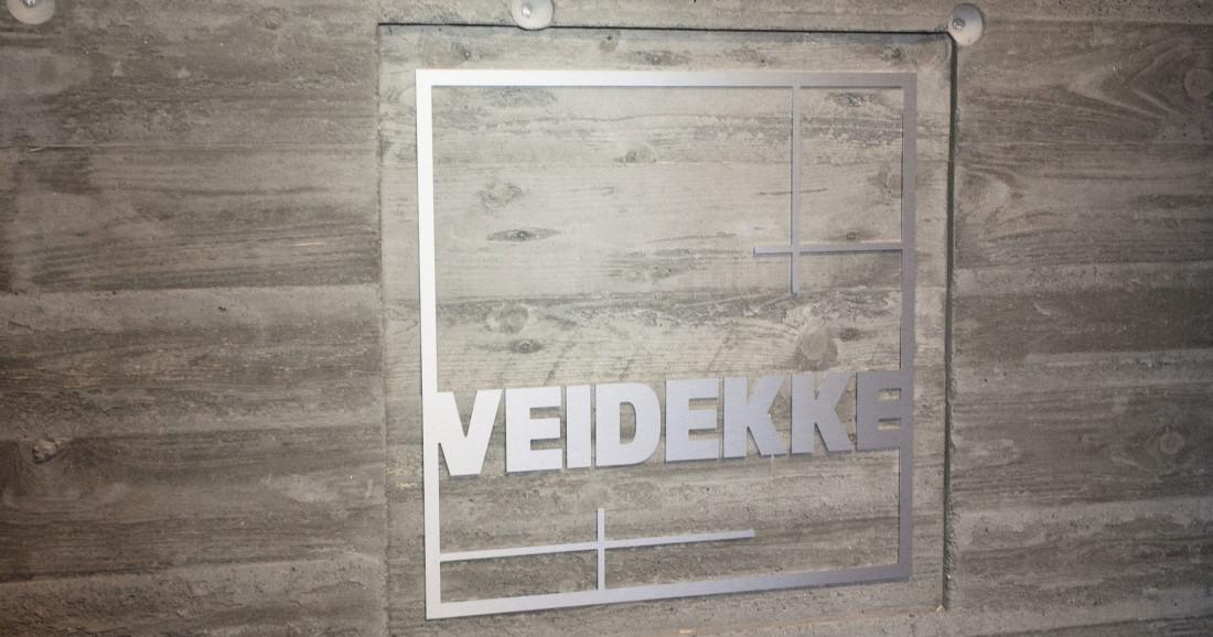 Veidekke-logo på betongvegg