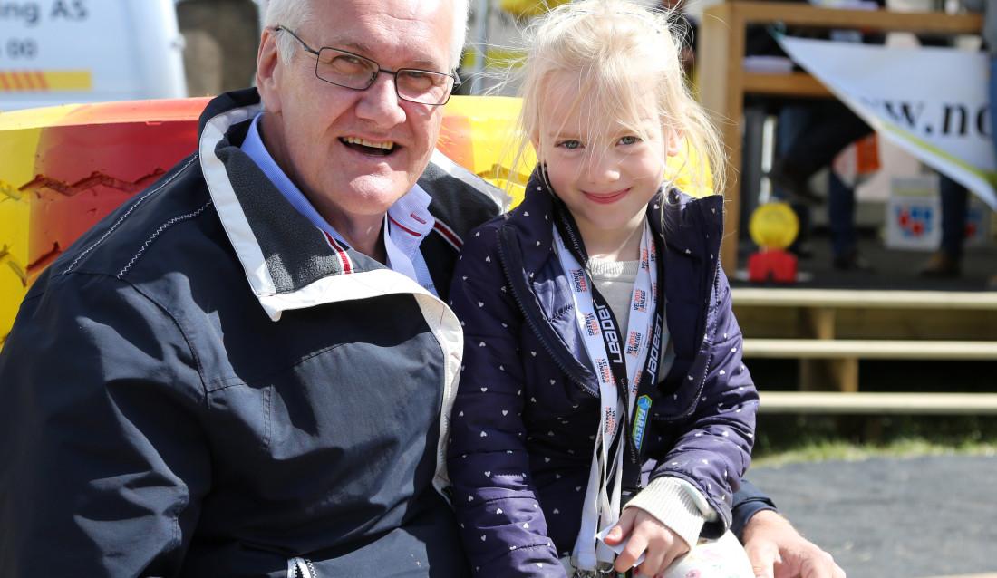 TIDLIG KRØKES: Andrea Martine Berg (6) sammen med grandonkel Tore Grimsrud.