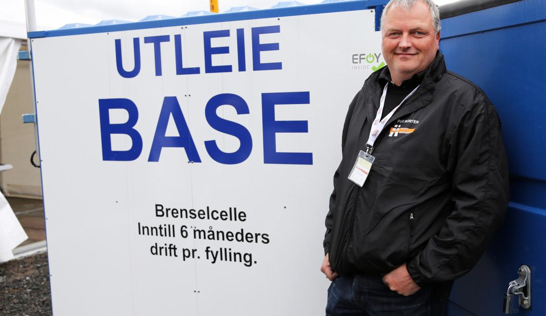 Per Morten Olsen i Hella Maskin står ved siden av den innovative brenselcelle-containeren. Han står også bak den.