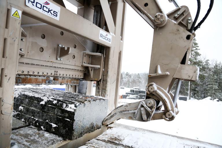 De store steinblokkene manøvreres enkelt på plass under Mjølners ståltenner ved hjelp av en joystick.