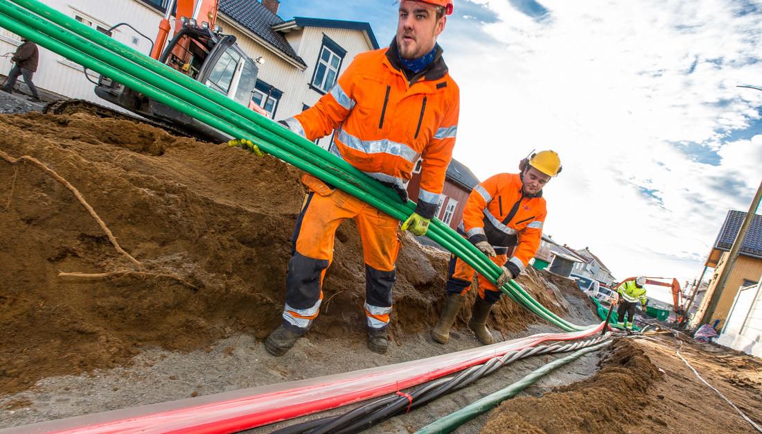 Legger kabel i grøft
