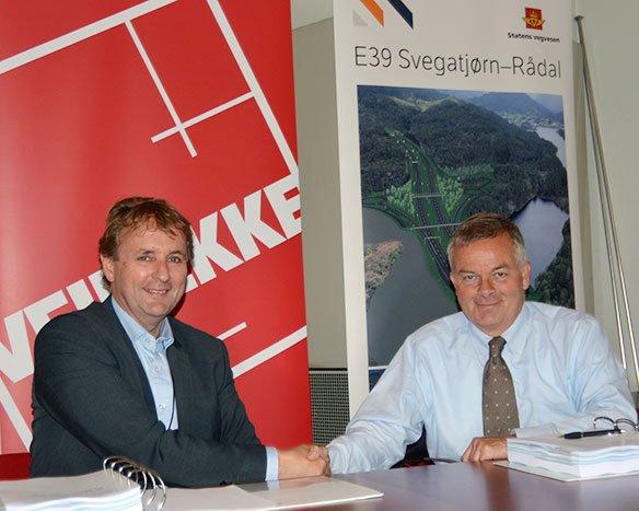 Regionvegsjef Helge Eidsnes (t.v.) gratulerer konsernsjef Arne Giske i Veidekke med den største veikontrakten så langt i Statens vegvesen. (Foto: Geir Brekke).