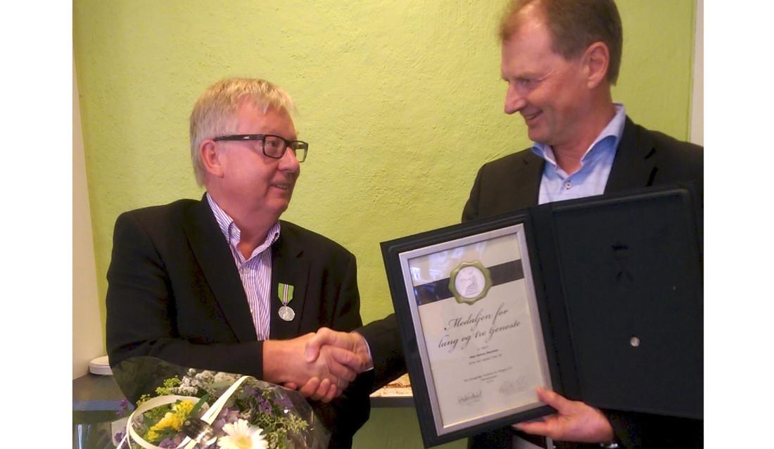 Olav Schou Knutsen (t.v.) hedres av adm. dir. Øyvind Mork. (Foto: Asplan Viak).