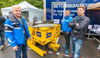 KANTSTØP: Denne maskinen har skaffet Svinø Entreprenør et nytt virksomhetsområde. F.v. kantstøpansvarlig Frode Breiteig, Per Kåre Alvestad og Odd-Ivar Svinø.