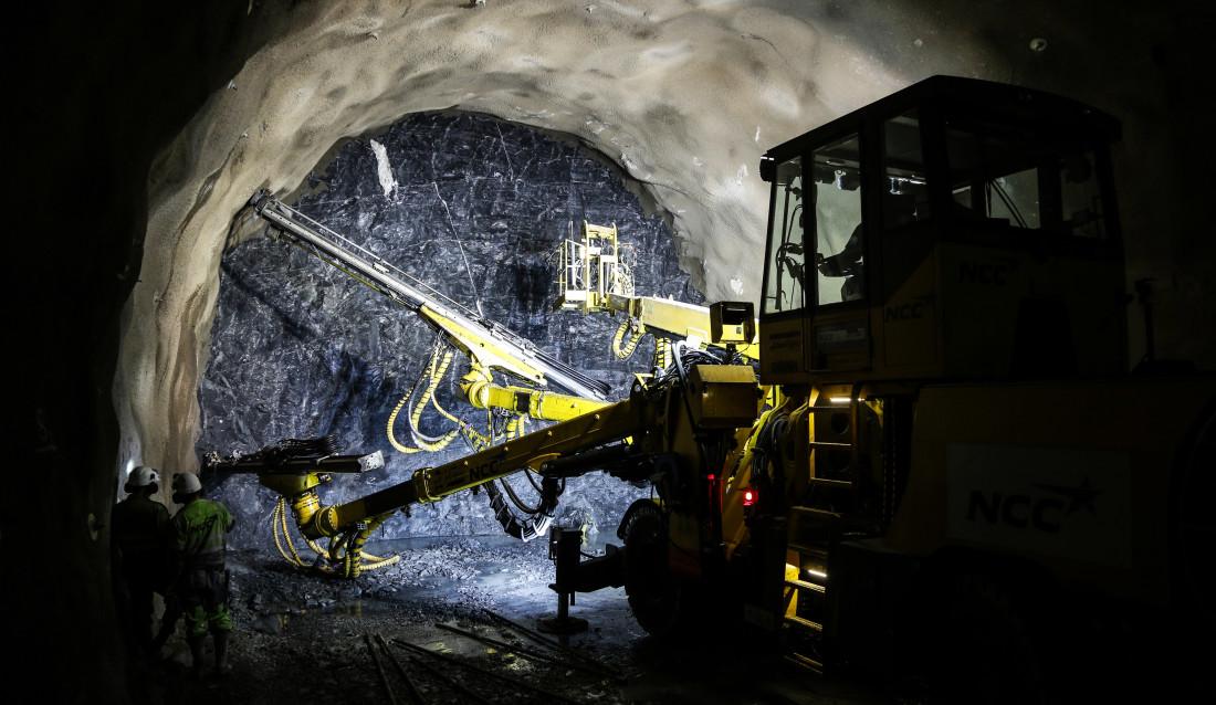 I DOVREGUBBENS HALL: Etter først å ha drevet en 300 meter lang adkomsttunnel, begynte arbeidene med tunnelløpene i begge retninger. I skrivende stund har entreprenøren kommet ca. 100 meter i hver retning. (Foto: Runar F. Daler).