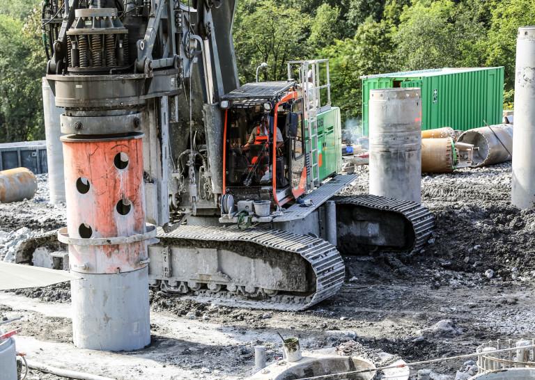 SEKANTPÆLING: Stålrør med diameter på 800 mm bores ned i grunnen, massene fjernes og hulrommet som oppstår fylles med betong. Til sammen danner disse betongsøylene en ekstremt kraftig støttemur for byggegropa. (Foto: Runar F. Daler).