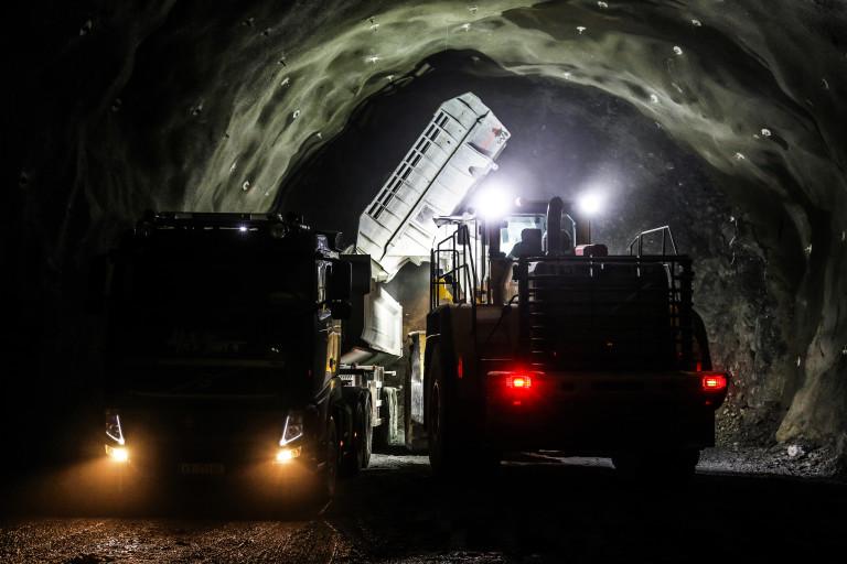 UTKJØRING: Nylig utsprengte masser blir fraktet ut av tunnelen. Det tar ca. tre timer å transportere ut sprengstein etter en salve. (Foto: Runar F. Daler).