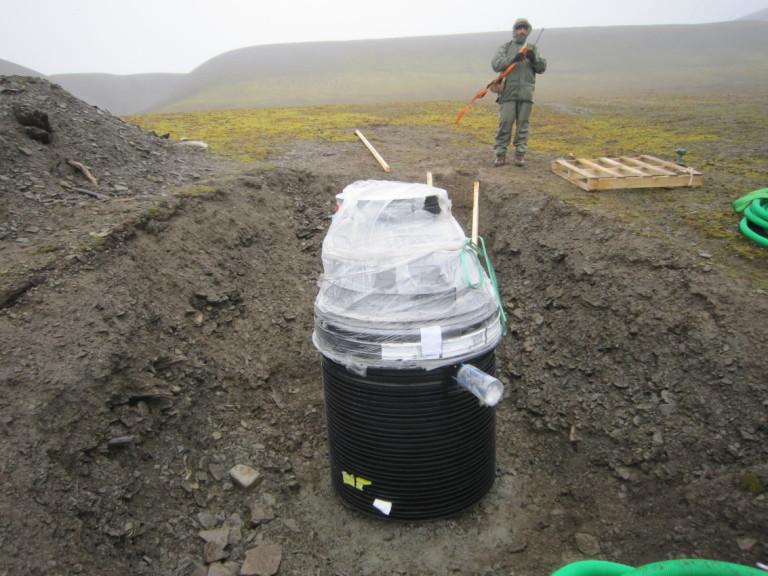 Under støpearbeidet og ved instrumentmonteringen måtte det hele tiden være en væpnet isbjørnvakt tilstede.