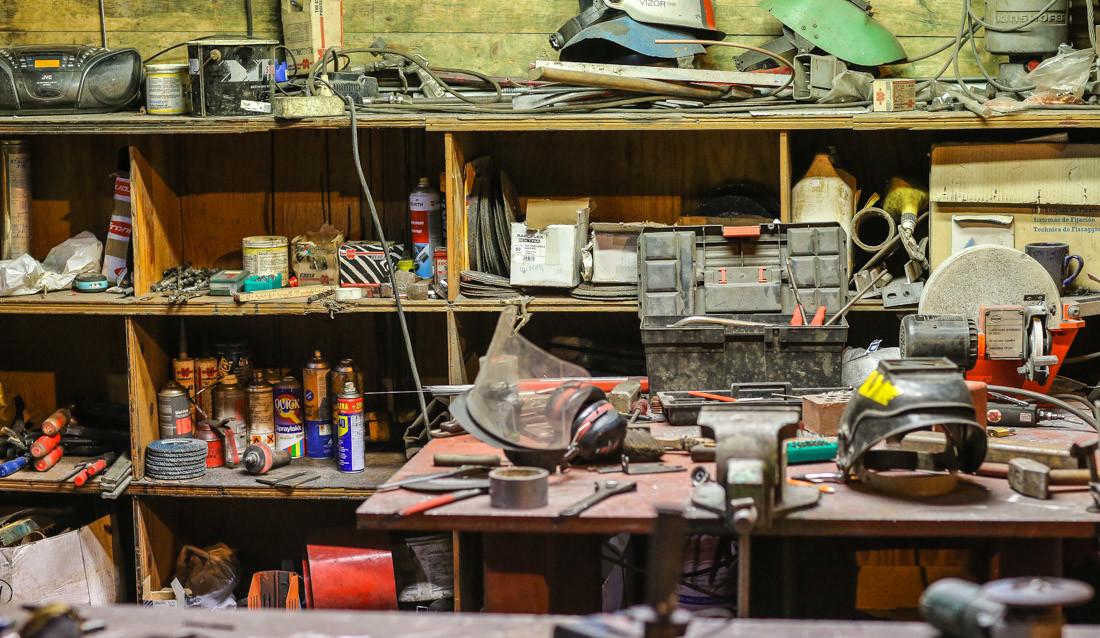 Kjemiske og fysiske produkter brukes på verksteder og på bygge- og anleggsplasser.
