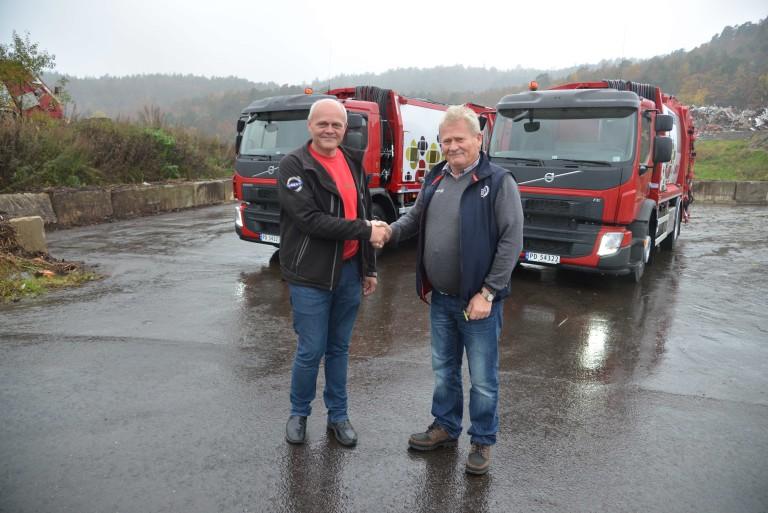 Volvos representant Reidar Sines (t.h) takker avdelingsleder i Reno Norden i Agder, Bjørn Bjellerås, for handelen.
