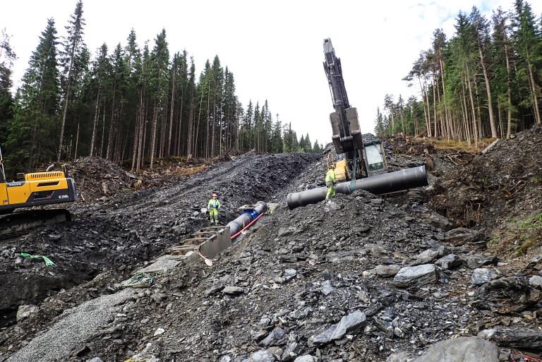 40 M BREDT Norges Vassdrags- og Energidirektorat (NVE) har lagt føringer for hvordan entreprenøren skal operere. Blant annet kan de ikke bevege seg utenfor et 40 meter bredt område oppover langs hele rørgata. (Foto: Tor Bjarne Claussen).