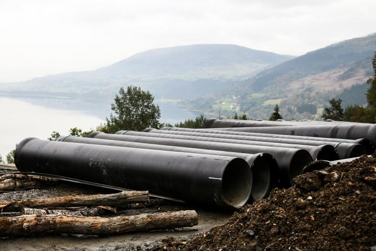 800 MM: Entreprenøren benytter 800 MM duktile støpejernrør langs hele rørgata. Dette er ikke vanlig, ifølge anleggsleder Jan Olav Eitrheim. (Foto: Runar F. Daler).