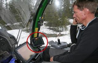 PÅ NETT: Ronald Brennbakk bruker nå nettbrett i hogsten. (Foto: Wiggo Bråthen).