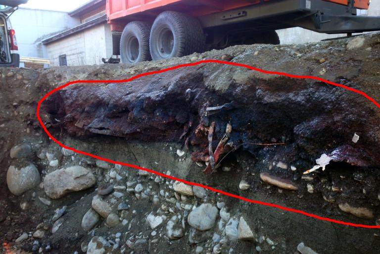 STÅLBITER Under det øverste jordlaget oppdaget i Dokka Entreprenør et åpenbart forurenset sjikt, som blant annet inneholdt store stålbiter. (Foto: Dokka Entreprenør AS).