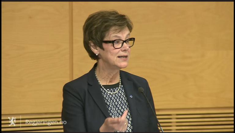 Det var jernbanedirektør Elisabeth Enger, leder av styringsgruppen for planarbeidet, som overleverte plandokumentet til samferdselsministeren. (Skjermdump fra pressekonferansen).
