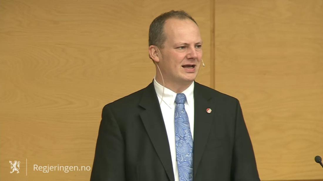 Samferdselsminister Ketil Solvik-Olsen mottok plandokumentet fra transportetatene. (Skjermdump fra pressekonferansen).