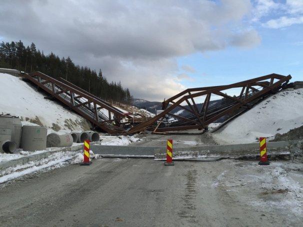Limtrebroen med navnet Perkolo, som går over nye E6 ved Sjoa, kollapset (Foto: Statens vegvesen).
