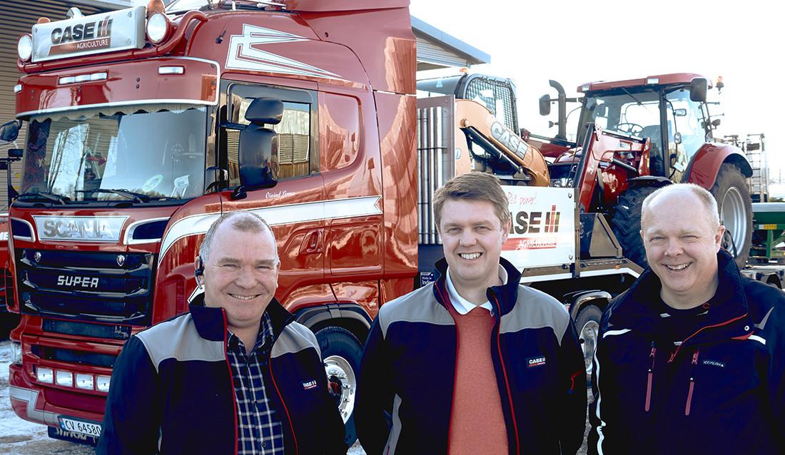 GUTTA PÅ TUR: Kategorisjef Hans Arne Thorshaug (i midten) tar med seg produktspesialister Morten Smedsrud, Case IH (t.v) og Inge Andersen Case CE (th) .