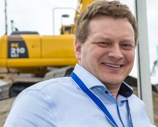 Kjell Kåre Espedal, salgssjef for gravemaskiner i Hesselberg Maskin. Her på Komatsus demofelt på Bauma i 2013.