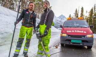 Jøran Grøvdahl og Alf Hanekamhaug i gang med vedlikehold av brøytestikker i Eide og Frilund AS.
