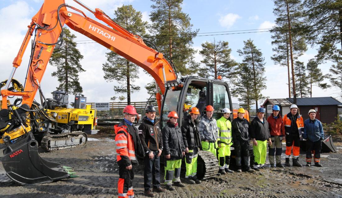 Bildet er fra Kongsberg vgs, Saggrenda i forbindelse med at skolen fikk overrakt en splitter ny gravemaskin for en tid tilbake. Nå kan snart enda flere elever få glede av den. (Foto: Runar F. Daler).