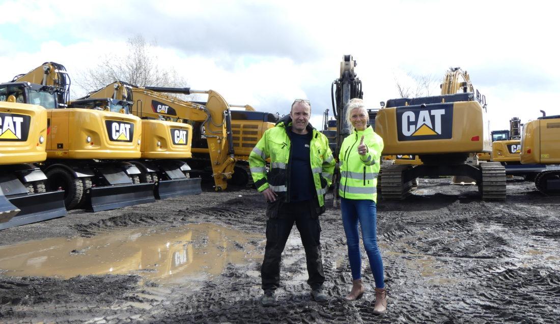 Strålende fornøyde: Morten Hansen, leder for nymonteringsavdelingen i Oslo og sjefen for maskinlogistikken hos Pon Equipment, Danne Hauger. (Foto: Pon Equipment).