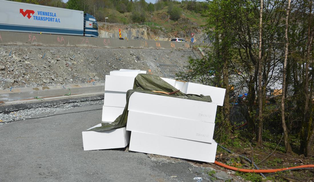 Isoporplater ligger klare til innlegging i veifylling ved rv. 580 Flyplassvegen i Bergen. (Foto: Geir Brekke, Statens vegvesen).