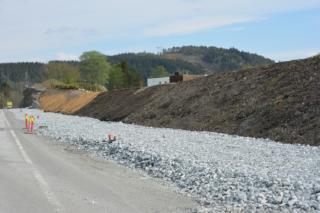 Støyvollen er bygd opp med isopor, og pålagt jord og senere vegetasjon. (Foto: Geir Brekke, Statens vegvesen).