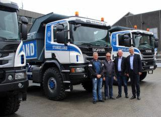 Fra venstre Tor Helge Undheim i Norsk Scania, Olav Stangeland, Ulf Christiansen og Arild Netland i Norsk Scania. Leif Anders Skipenes i Istrail er ikke med på bildet, men har hatt en viktig rolle i utviklingen bilene.