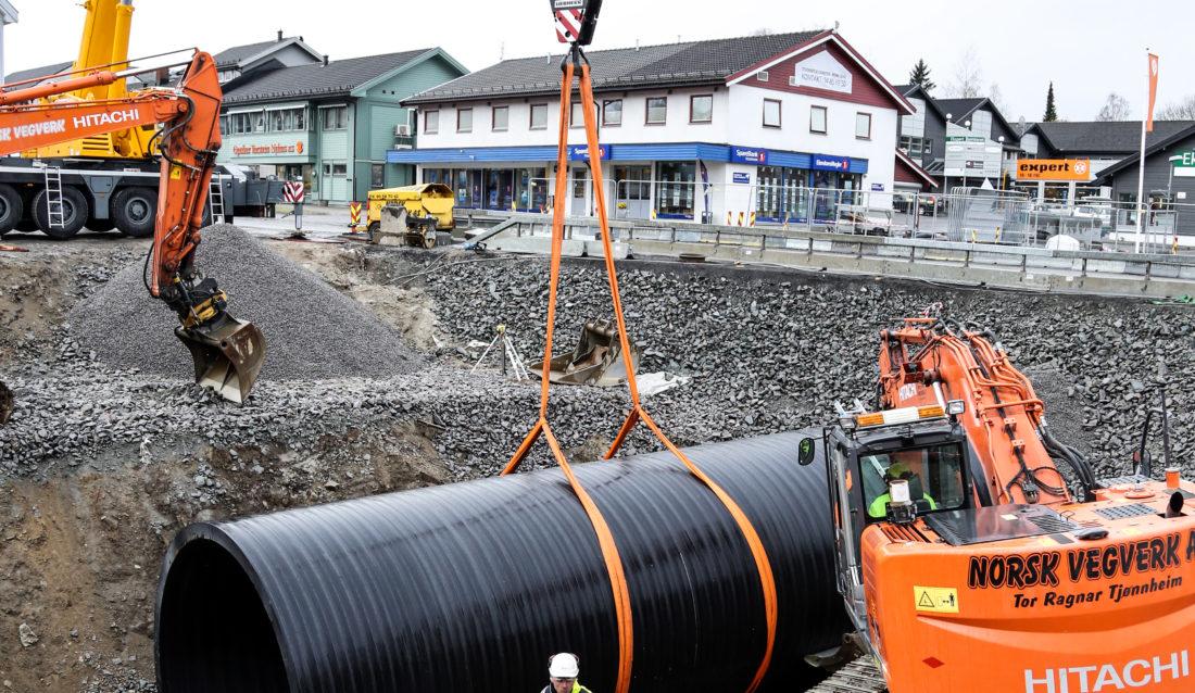 TUNGT: Rørene veier 7-8 tonn hver, så det er greit å ha en kraftig mobilkran til å hjelpe seg med. (Foto: Runar F. Daler).