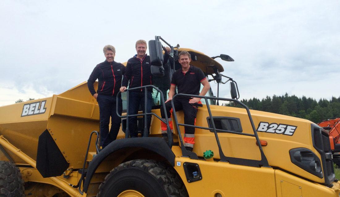 Fra venstre: Lars Engmark (salgssjef), Kjell Sørensen (maskinselger) og Kjetil Tveiten (teknisk sjef og opplæringsansvarlig Bell dumpere). (Foto: Nasta AS).