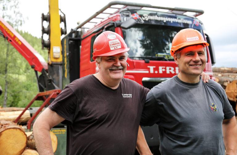 LITAUEN: Frivik bruker nesten utelukkende litauiske arbeidere, som ifølge ham selv har en særdeles god arbeidsmoral. Her er han sammen med operatør/maskinfører Arunas Norbutas. (Foto: Runar F. Daler).