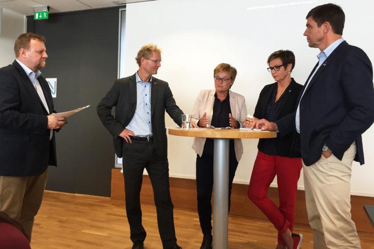 Politikerne var jevnt over positive til Nye Veiers planer for regionen. Fra venstre: Øyvind Moshagen (prosjektdirektør Nye Veier), Tor Andre Johnsen (FrP), Rigmor Aaserud (Ap), Anne Tingelstad Wøien (Sp) og Gunnar Gundersen (H). (Foto: Solvår Milach Strand).