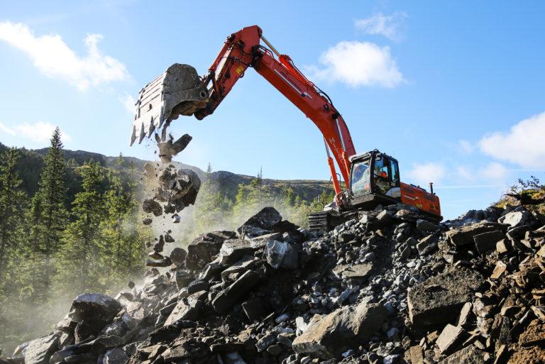 Mye fjell og stein skal håndteres for å få adkomstveiene på plass. (Foto: Runar F. Daler).