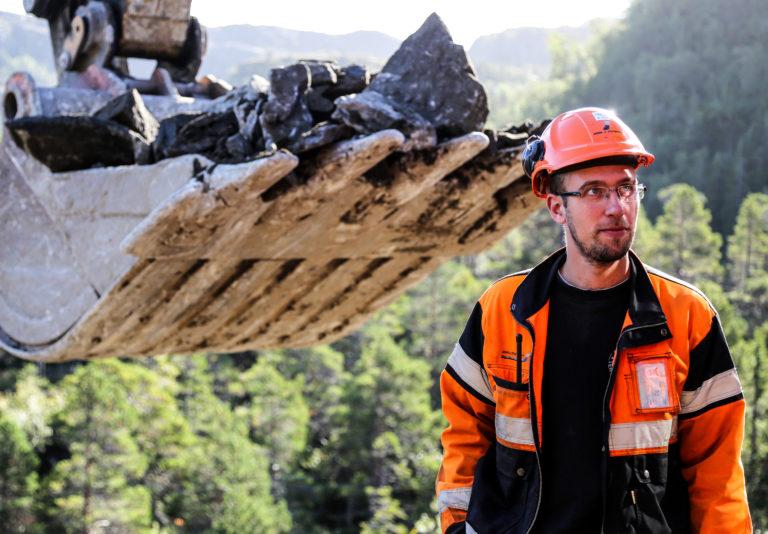 Åfjord-entreprenøren Johs. J. Syltern er vant til å reise ut for å få jobber. Nå er selskapet og assisterende prosjektleder Daniel Størvold sikret jobb i Fosen i lang tid framover. (Foto: Runar F. Daler).