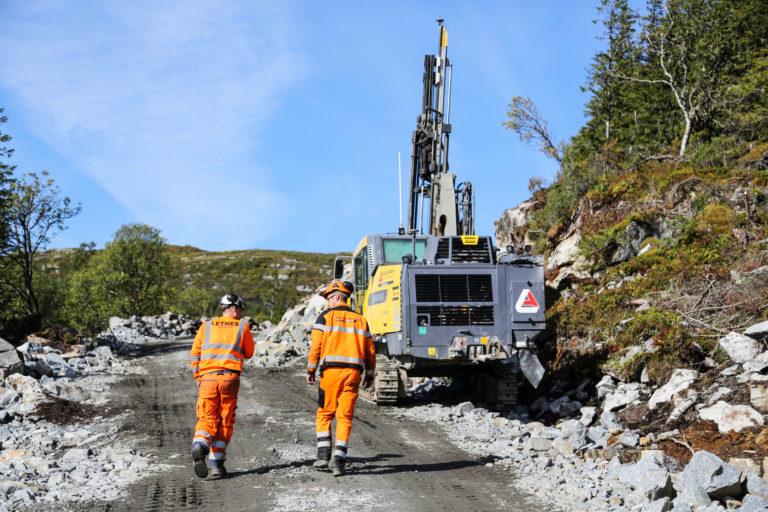 Letnes Fjellsprenging fra Inderøya utfører sprengningsarbeidene i prosjektet. Johs. J. Syltern er også i dialog med selskapet i forbindelse med den store infrastrukturjobben som snart skal igangsettes. (Foto: Runar F. Daler).