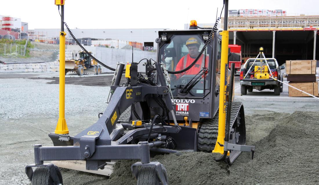 Denne maskinen kan brukes til mye forskjellig. Her er det maskinfører Vegard Syrstad i Tverås Maskin og Transport AS som bruker den til avretting. (Foto: Runar F. Daler).
