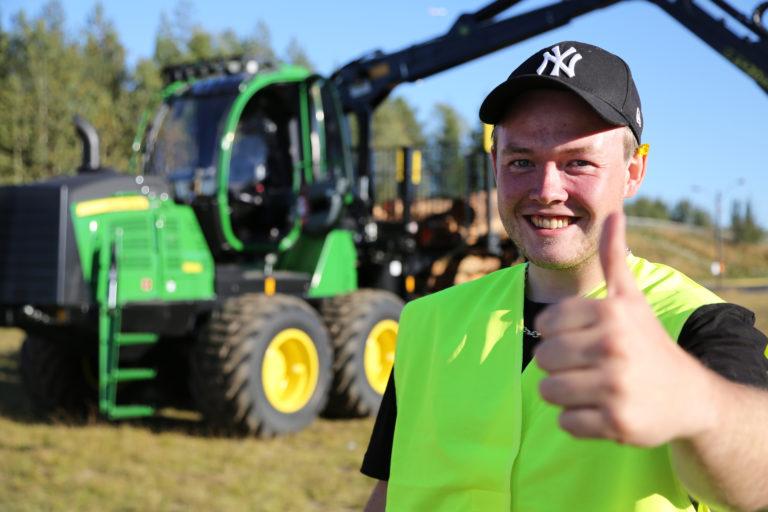 FORNØYD: – Det var skikkelig nervepirrende, sa en overrasket og lykkelig vinner av lærlingekonkurransen, Christoffer Vestli. (Foto: Runar F. Daler).