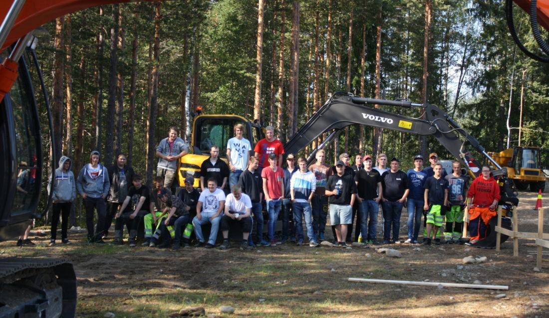 Elevene fra alle de tre klassene ved Saggrenda var tilstede på markeringen. Om ikke lenge skal disse elevene ut og bygge landet. (Foto: Stein Egil Ødegård).