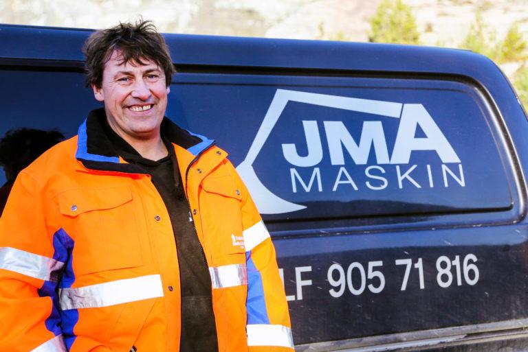 EGET FIRMA I tillegg til å være nyslått fagarbeider, kan Jan Morten skilte med å drive eget firma. JMA Maskin har han valgt å kalle nysatsingen, som drives på ren hobbybasis. Han blir innleid til blant annet graving og brøyting. (Foto: Runar F. Daler).
