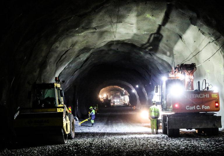Det er hektisk virksomhet nede i fjelltunnelen og arbeidene har kommet langt. (Foto: Runar F. Daler).