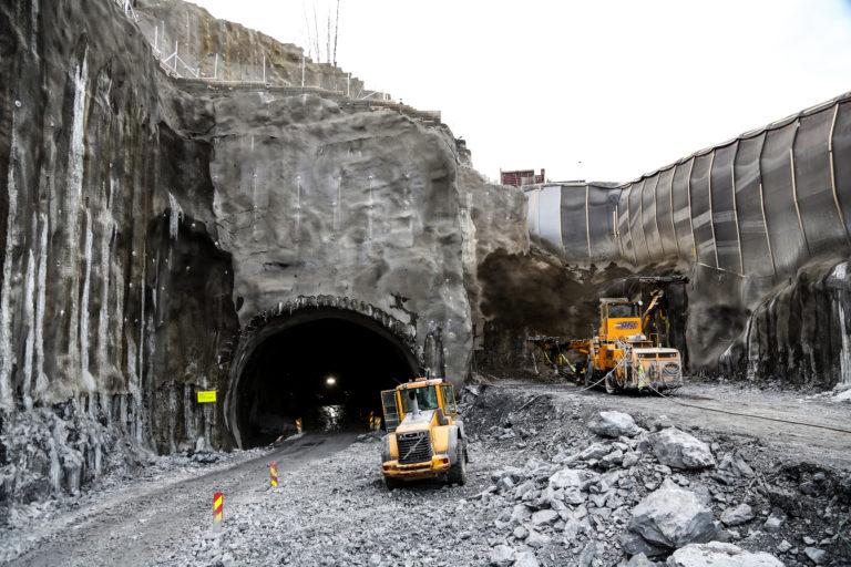 Dette er den andre enden av den dype byggegropa (Mølla). Boreriggen til høyre står klar til å gyve løs på tunnelløp nummer to. (Foto: Runar F. Daler).