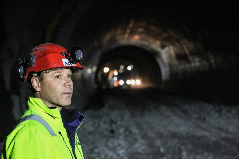 Fra fjelltunnelen er det kjørt ut 350.000 kubikk med stein. Mesteparten har gått til utfylling av Kadettangen i Bærum kommune, forteller Terje Rødne Hansen, anleggsleder hos Carl C. Fon AS. (Foto: Runar F. Daler).
