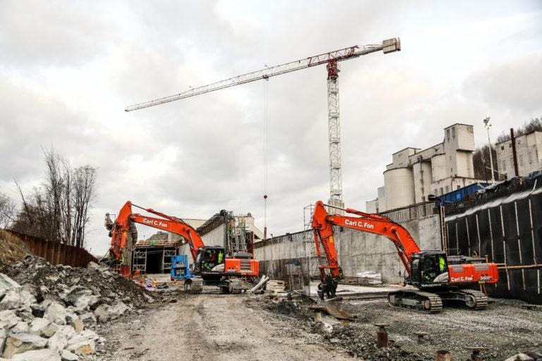 Det er tatt ut noen forurensede masser inne på industriområdet ved Franzefoss, der det tidligere lå et gammelt asfaltverk. Her støpes en 510 meter lang betongtunnel. (Foto: Runar F. Daler).