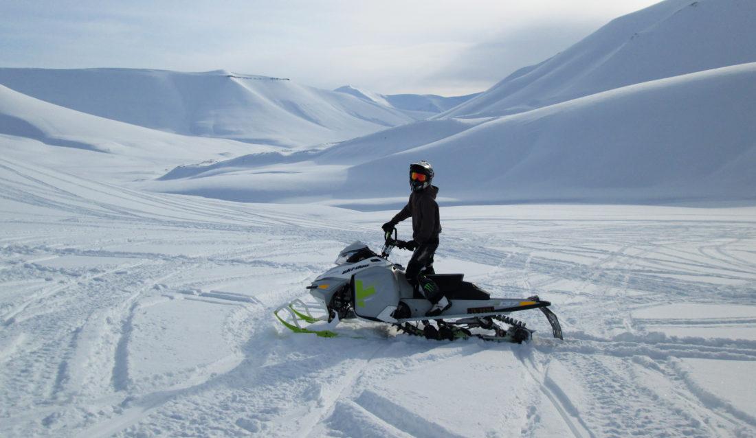 På fritiden er Blagoja Pavlovic ofte å se på snøscooter. Fotball spiler han også. (Privat foto).