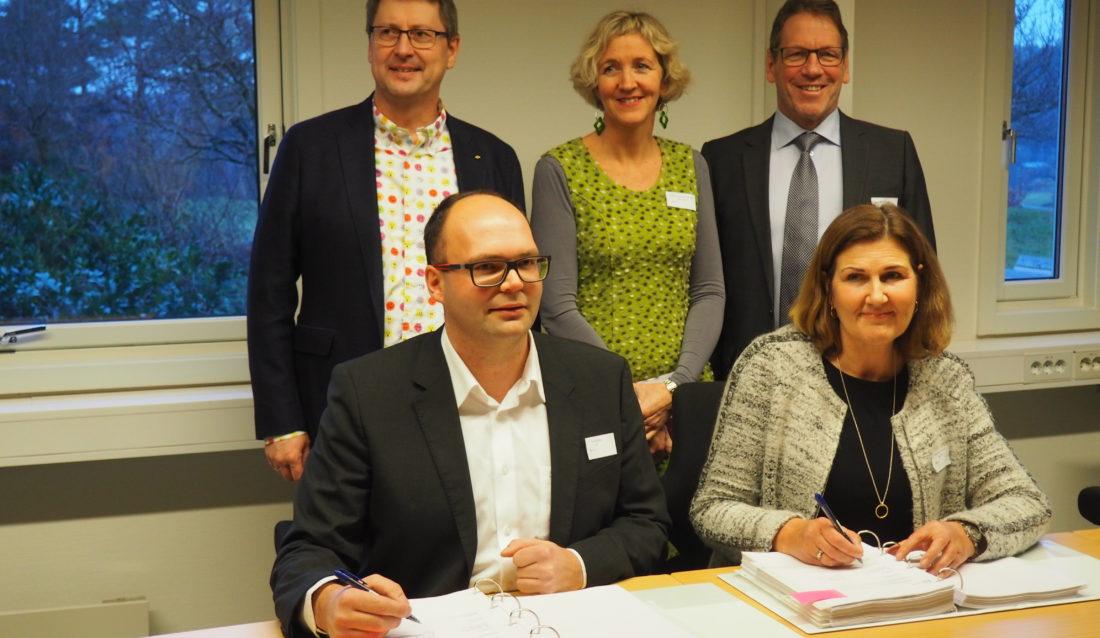 Bak fra venstre: Erik Frogner (AF Gruppen), Tordis Vandeskog (Nye Veier) og Magne Ramlo (Nye Veier). Foran: Ivar Galaaen (AF Gruppen) og Ingrid Dahl Hovland (Nye Veier). Foto: Nye Veier.