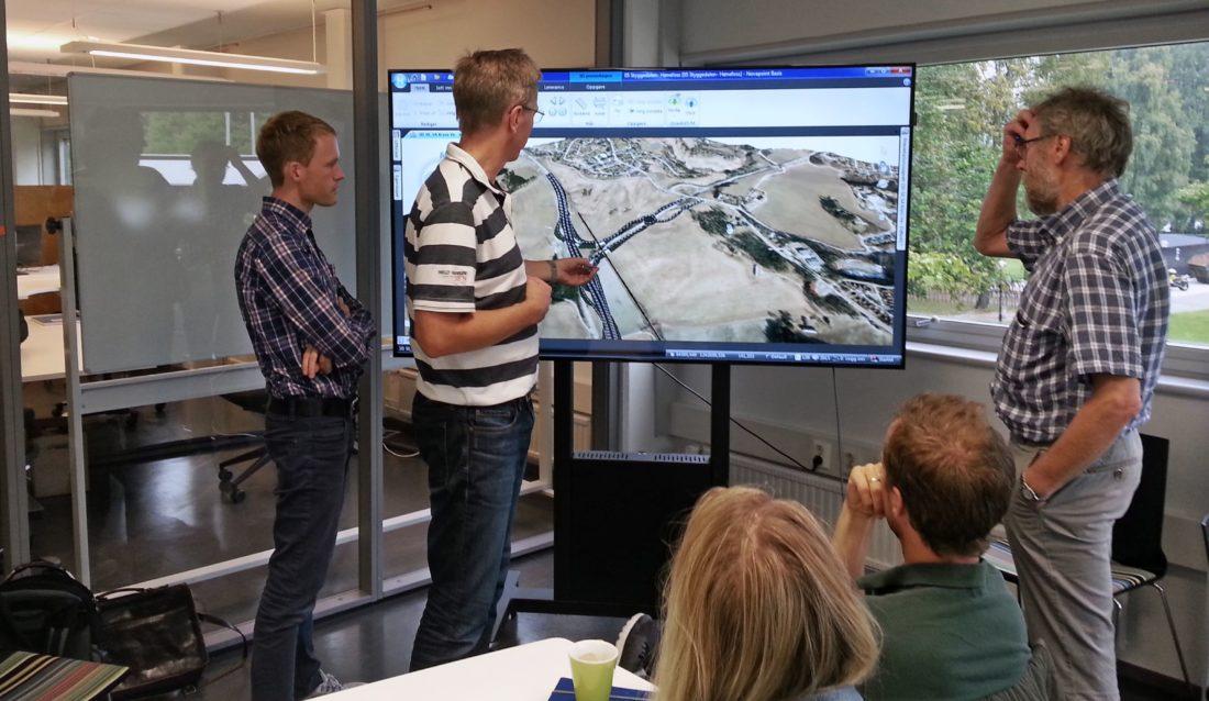 Her brukes 3D-modellen i planleggingen av fellesprosjektet Ringeriksbanen og E16, som skal bygges ut av Jernbaneverket og Statens vegvesen. Fra venstre ser vi Knut S. Rekaa og Rune Rian fra ViaNova Plan og Trafikk og Jan Martin Ståvi fra Asplan Viak. (Foto: Trimble).